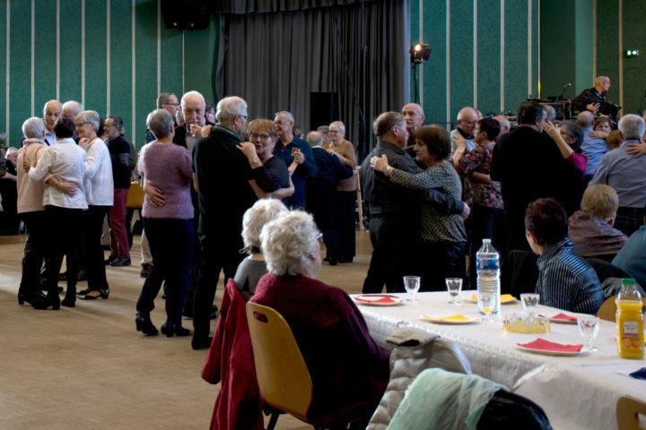 Les après-midis dansants permettent de partager d'agréables moments autour d'un goûter et d'un orchestre.