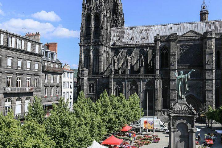 La place de la Victoire et la cathédrale de Clermont-Ferrand