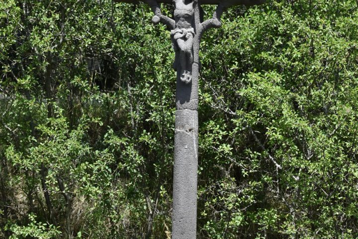 Une croix à Opme