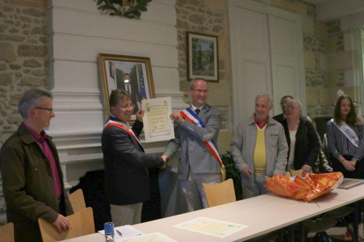 Le jumelage entre Romagnat et Salles a été scellé en 2017 par Laurent Brunmurol et Luc Dervillé, maire des communes