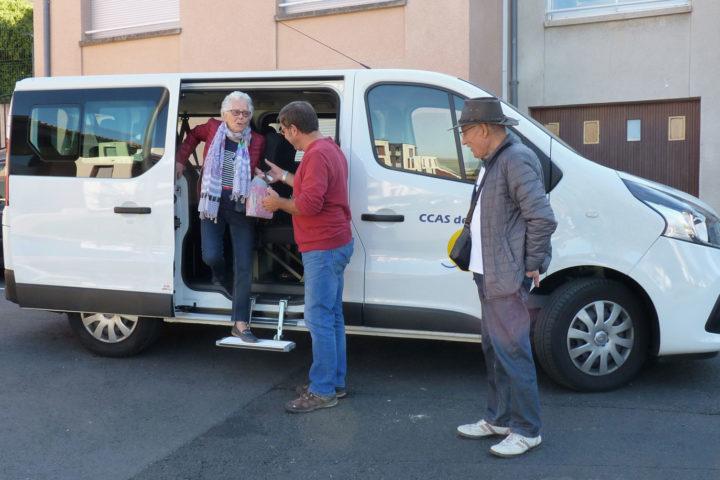 Un minibus permet d'accompagner les personnes âgées et/ou handicapées pour faire des courses