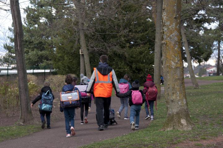 Le pedibus conduit les enfants des écoles aux activités associatives