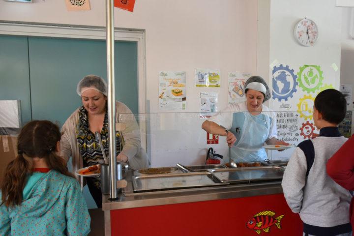 Le service du plat chaud au self de l'école jacques-Prévert