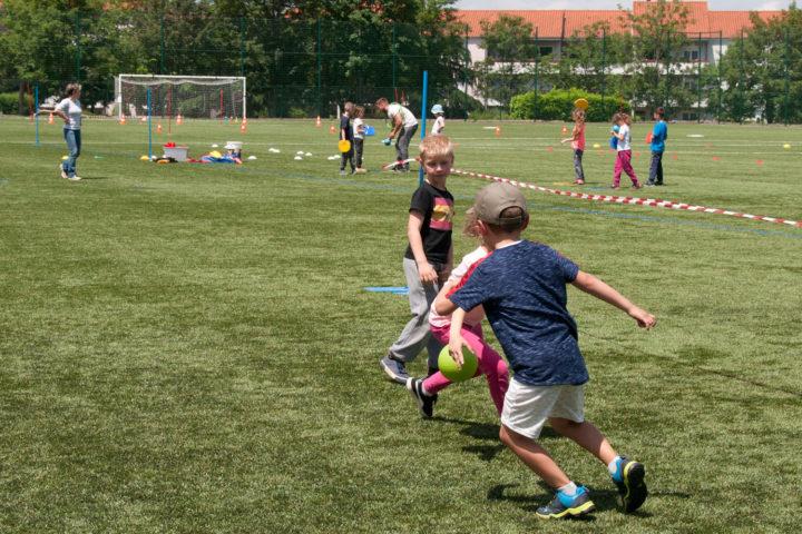 Sport scolaire sur le terrain de foot