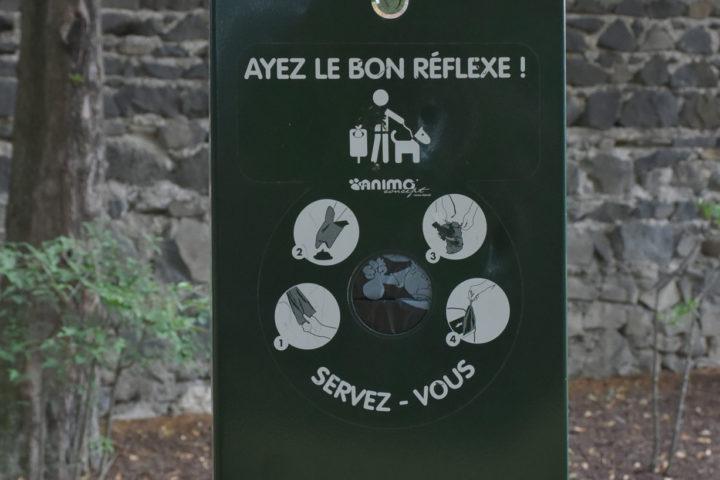 Des sacs sont mis à disposition des propriétaires de chiens pour ramasser les déjections